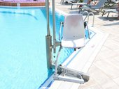 Ein Lifter am Poolrand